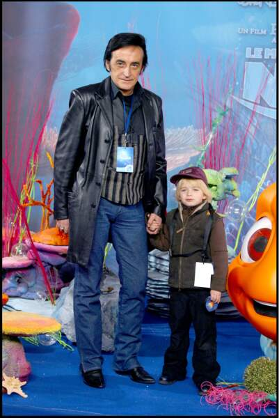"""Dick Rivers et son petit fils à l'avant-première du film """"Nemo"""" à Eurodisney en novembre 2003."""