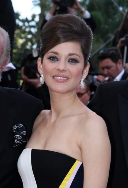 Chignon choucroute (aussi appelé chignon Bardot) imitant les stars des 60's et smoky eye bleuté