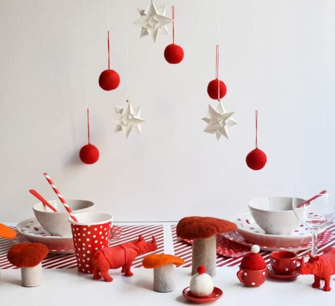 Une table de Noël en rouge et blanc