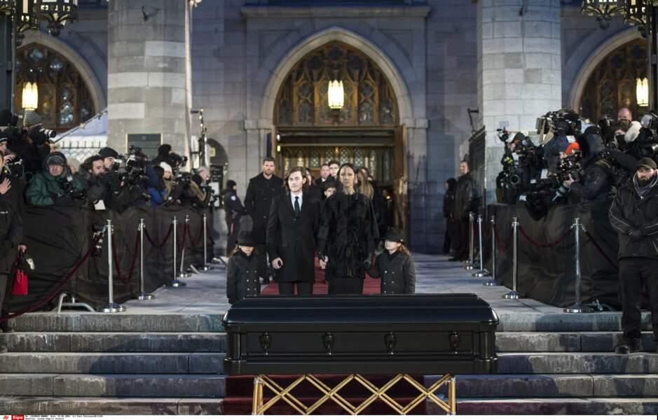 Céline Dion, René-Charles et les jumeaux Eddy et Nelson unis devant le cercueil de René Angélil