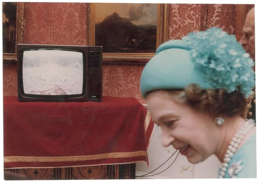 La reine Elizabeth II découvre, à la télé, les images du mariage de son fils Charles.