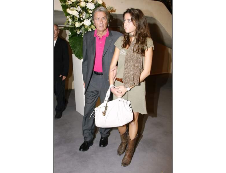 La même année, il pose avec sa fille Anouchka