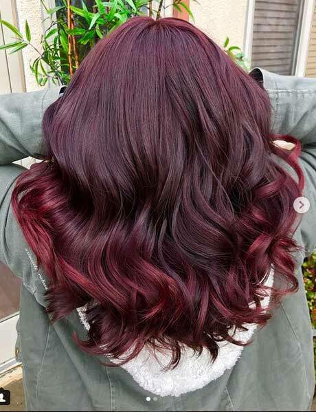 La coloration burgundy sur cheveux mi-longs