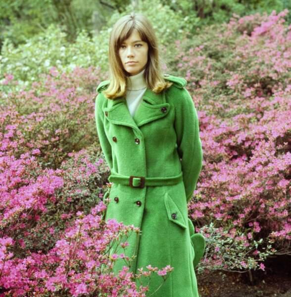 Françoise Hardy lors d'une séance photo de mode pour le magazine Vogue en 1964.