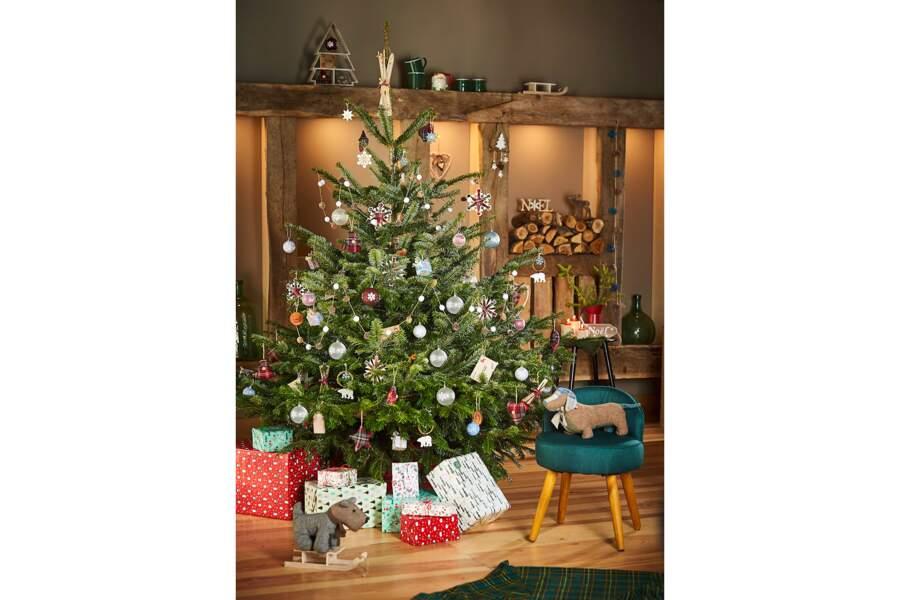 Des boules de Noël avec des motifs flocons