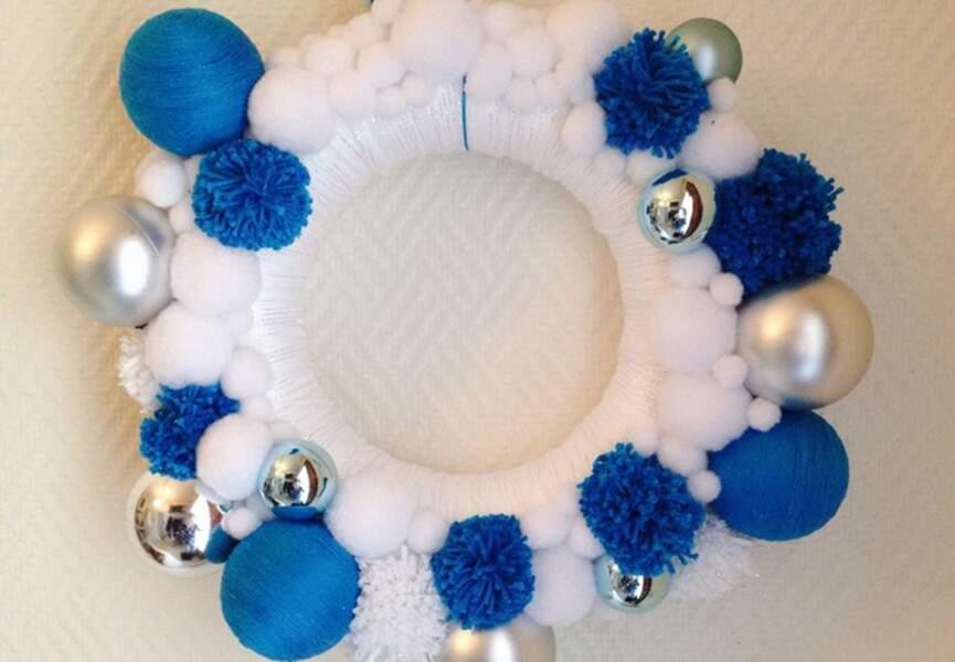 Une couronne de Noël en bleu et blanc
