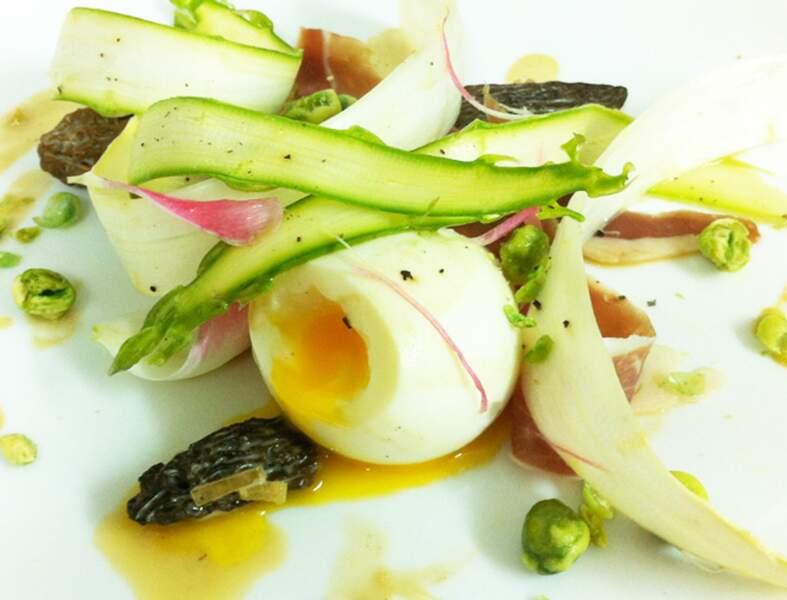 Œuf mollet et salade d'asperges, tulipes, morilles et wasabi