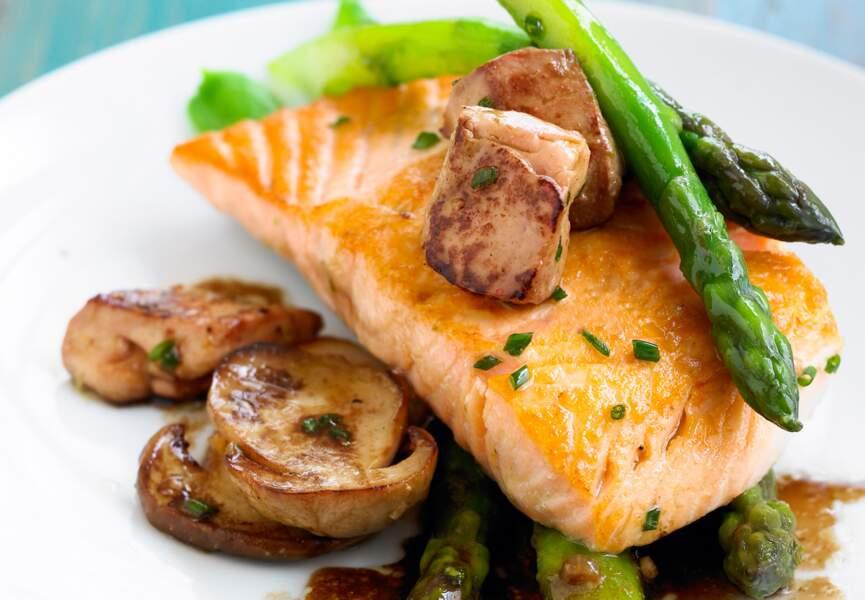 Saumon au foie gras frais aux asperges et aux champignons