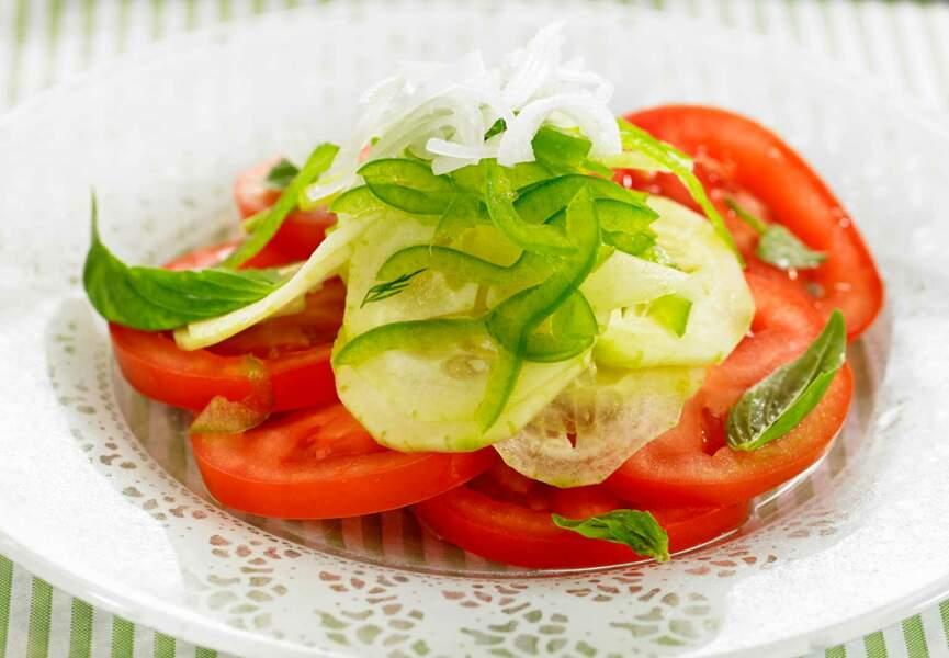 Salade de tomates, concombres et poivrons verts