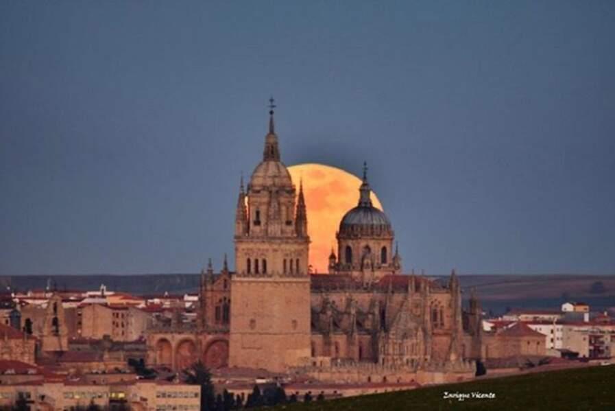 La lune au-dessus de la cathédrale de Salamanque (Espagne)