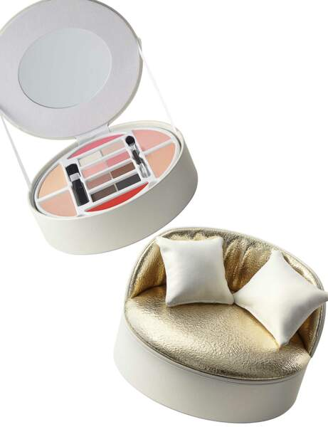 Maquillage sur canapé