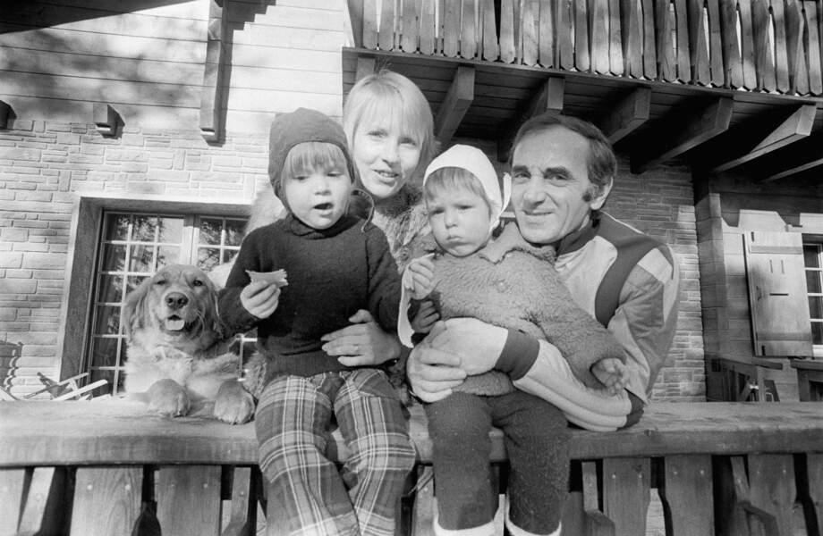 Charles Aznavour et sa famille en Suisse, où il résidait pour raisons fiscales