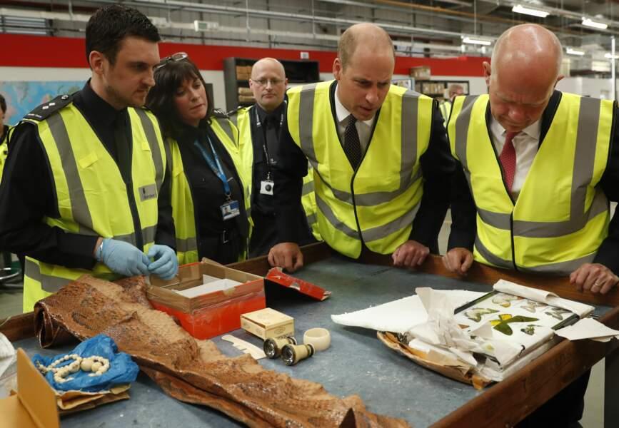 Le prince William en visite dans un aéroport : il découvre le cannabis, la cocaïne et autres produits illicites