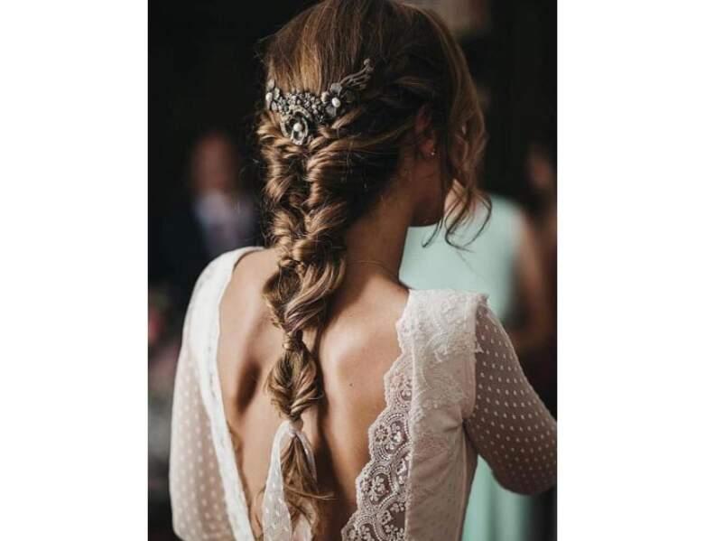 Tresse longue romantique agrémentée d'un bijou de tête