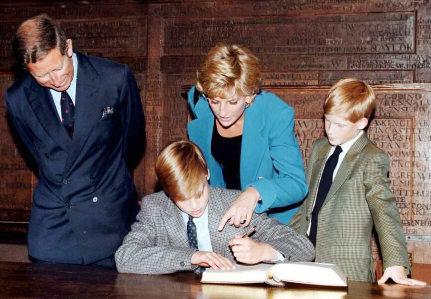 Charles, Diana et Harry autour de William pour sa rentrée en 1995 au collège d'Eton.