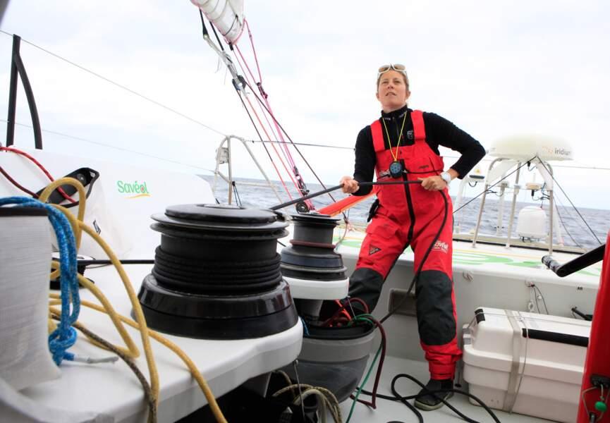 Réglage des voiles... Sam Davies répètera ce geste de nombreuses fois pendant ses semaines en mer