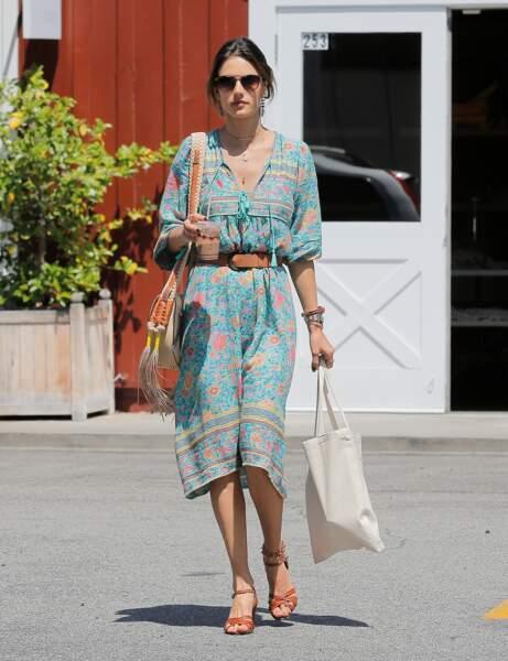Alessandra Ambrosio en robe ethnique longue et fluide