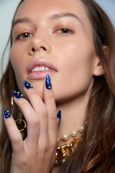 Manucure perlée et bleu nuit chez Adeam