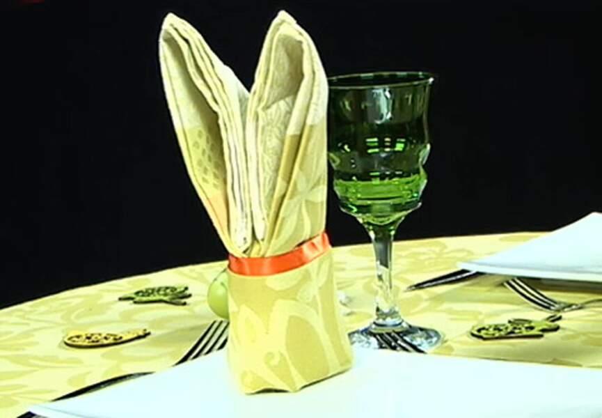Un pliage de serviette en forme de lapin