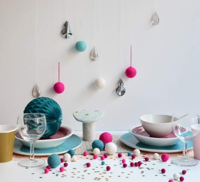 Une table de Noël turquoise et fuchsia