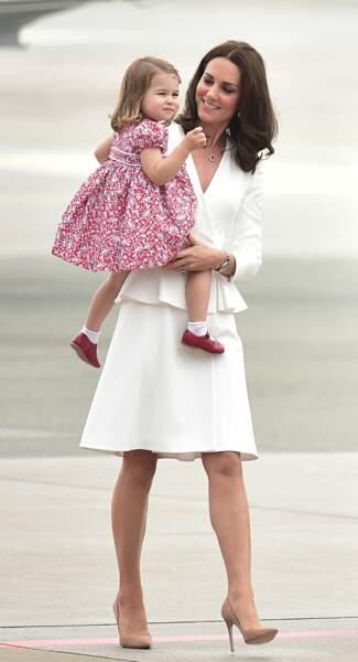 L'imprimé de la robe de Charlotte emprunte une couleur à la tenue de sa maman : malin Kate !