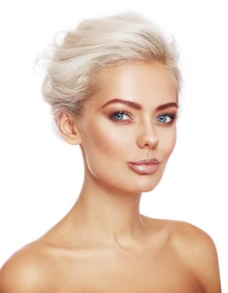 La couleur étant très claire il est recommandé d'accentuer son make-up avec un smoky eye par exemple