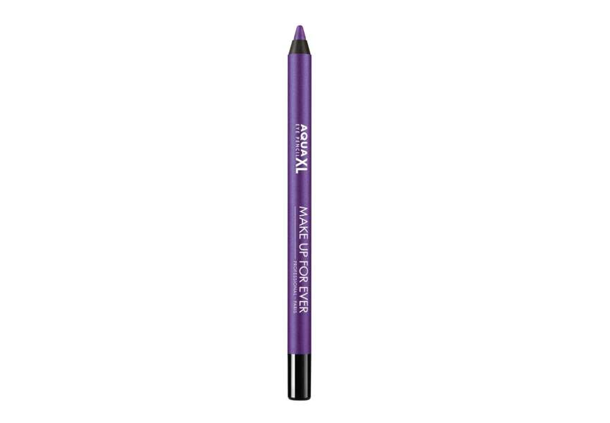 Un crayon contour des yeux violet