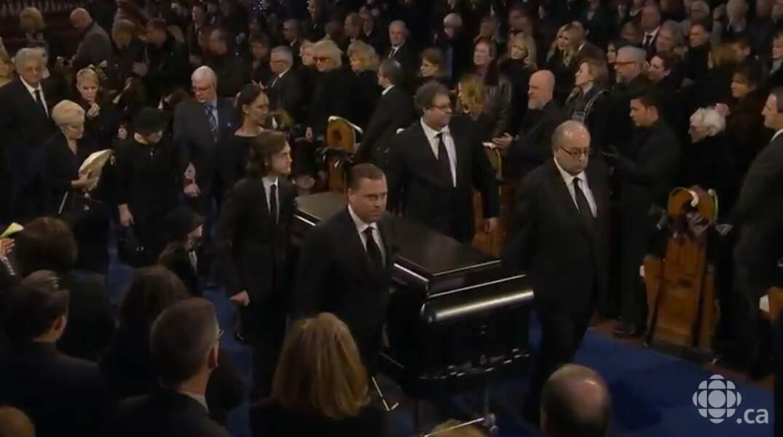 Le cercueil quitte la basilique Notre-Dame