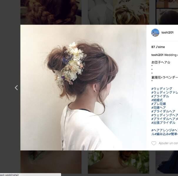 Coiffure de mariage pour cheveux longs : le chignon fleurs et nature