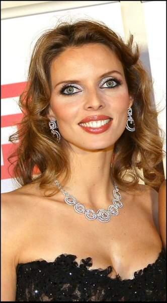 Ultra glamour avec un fard à paupière irisé assorti à ses bijoux d'argent en 2008