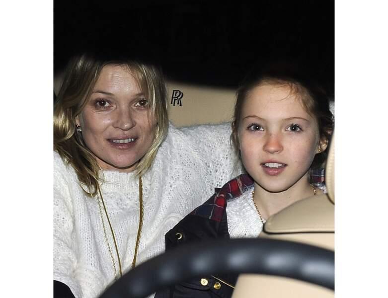 Kate Moss apparaît avec sa fille pendant la Fashion Week de Paris