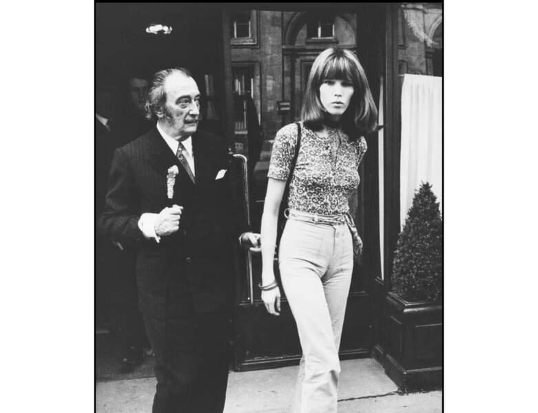 Amanda Lear dans les années 60 accompagnée de Salvador Dalí