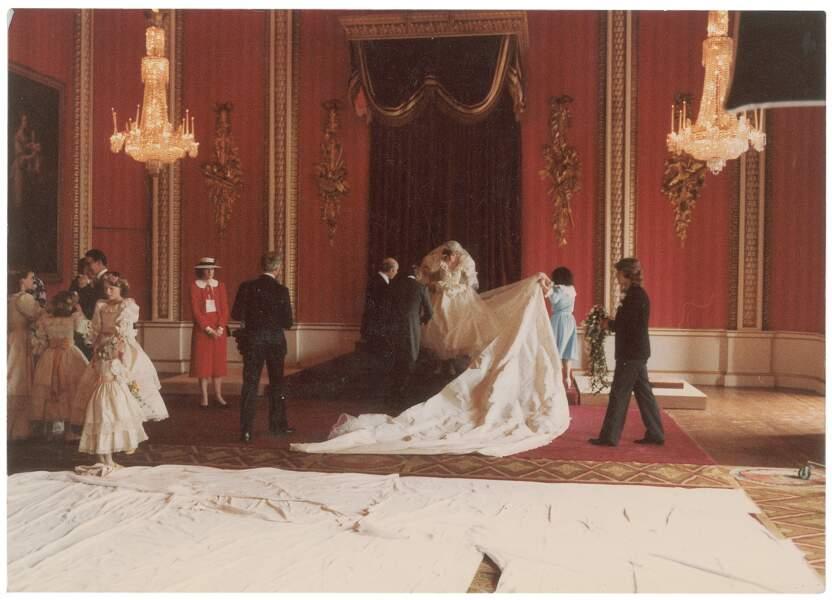 Diana doit se soumettre à une sacrée mise en scène pour les photos officielles à cause de son immense traîne.