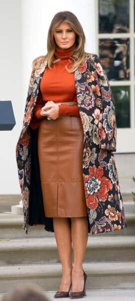 On peut même dire que maintenant elle arbore le manteau juste pour son style !