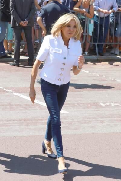 Jean et veste blanche : le combo casual de Brigitte Macron