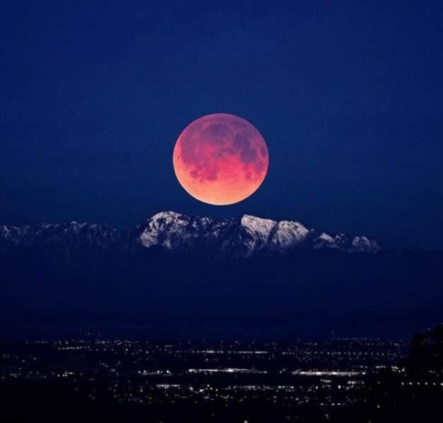 La lune semble réchauffer la forêt nationale d'Angeles (Californie, États-Unis)