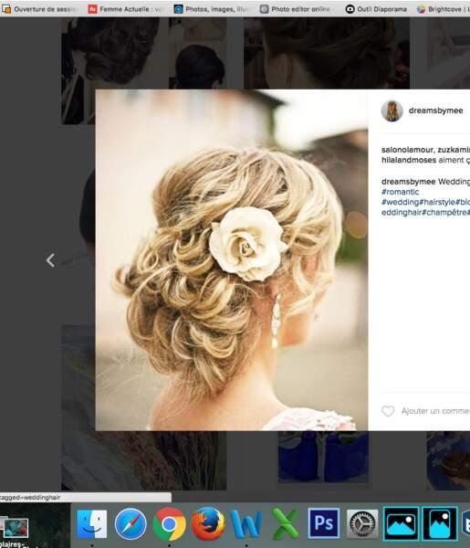 Coiffure de mariage pour cheveux longs : le chignon ondulé et rose blanche