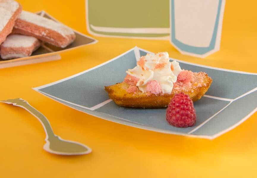 Madeleines aux éclats de biscuits roses