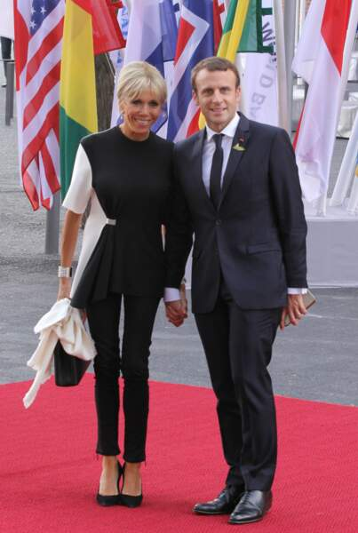 Brigitte Macron en tenue bicolore