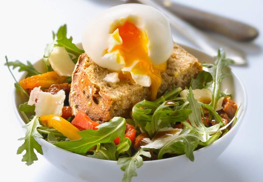 Salade italienne aux oeufs mollets et pain aux céréales