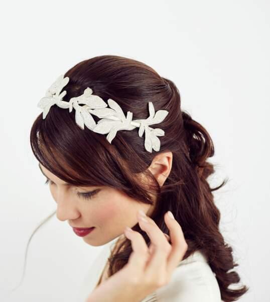 La couronne délicate en fleurs de tissus