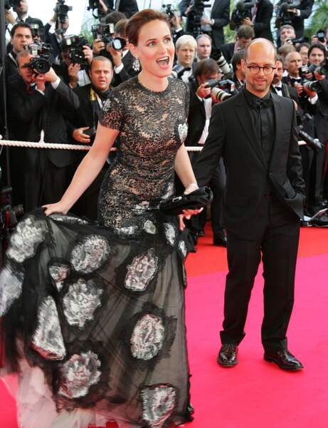 Judith Godrèche se prend les pieds dans sa robe