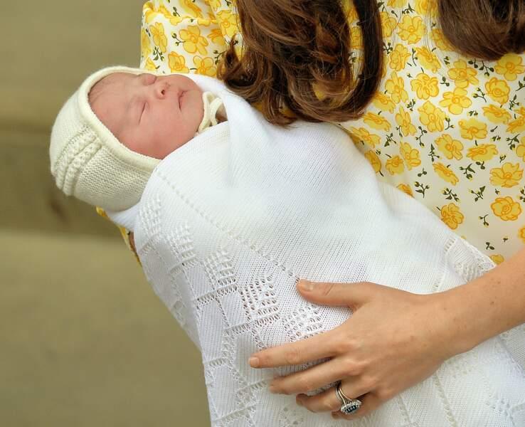 Charlotte portait un bonnet jaune pâle assorti à la robe de Kate