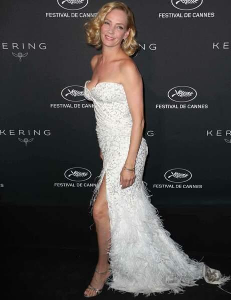 Uma Thurman en robe blanche à plumes