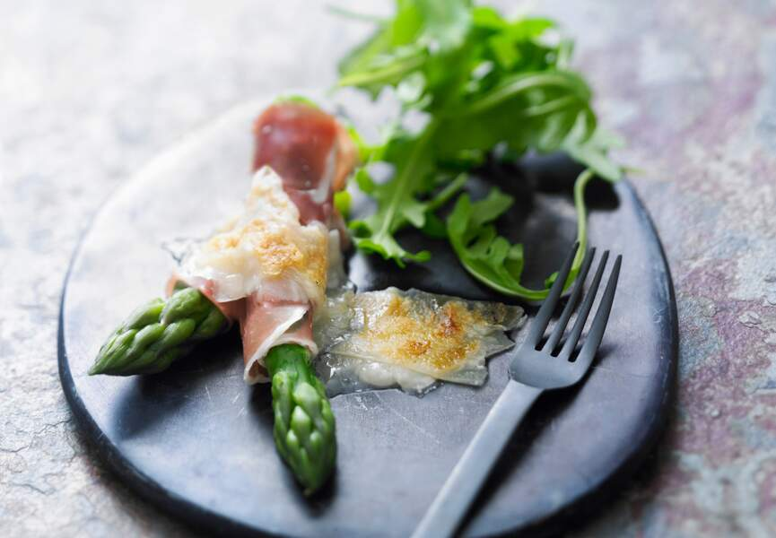 Raclette aux asperges, jambon cru et parmesan