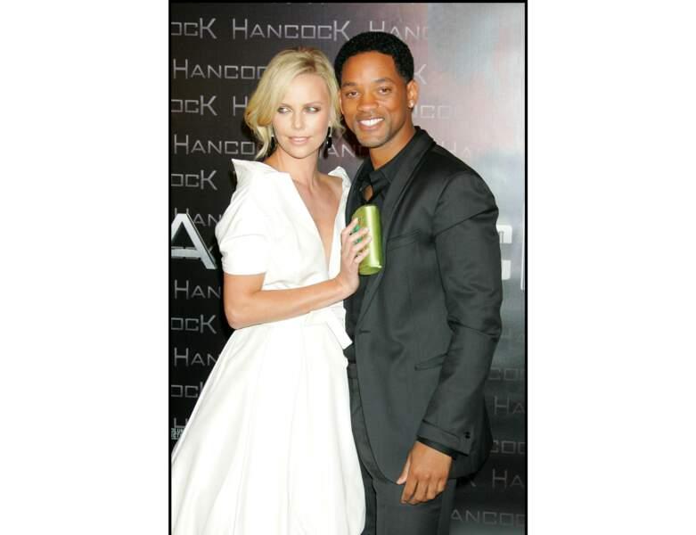 En 2008, elle pose avec Will Smith pour l'avant-première du film Handock