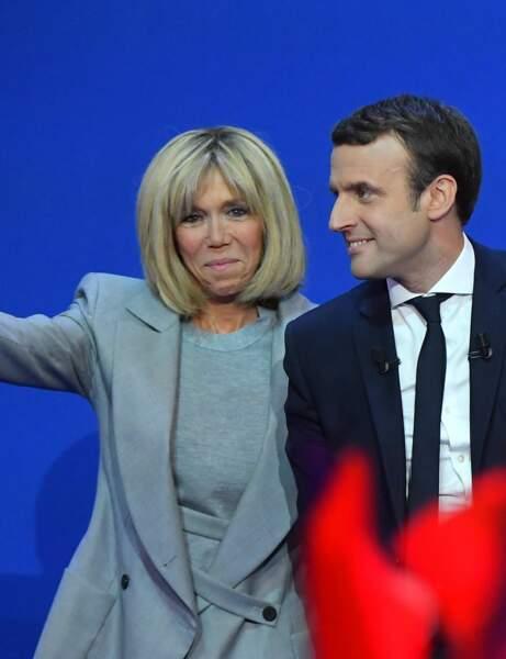 Brigitte Macron en ensemble gris