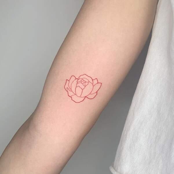 Le tatouage délicat à l'encre rouge