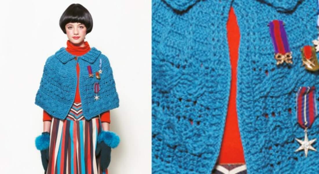 Une cape bleue au crochet en motif Aran
