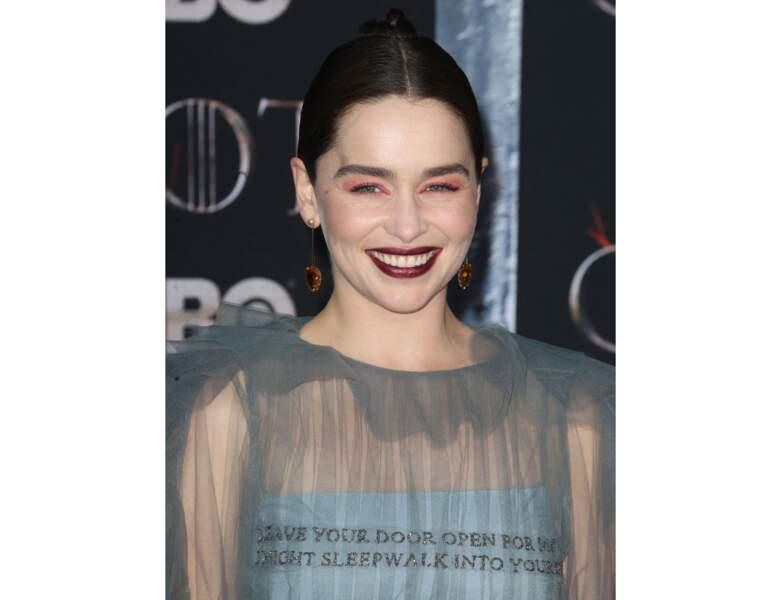Le bordeaux très foncé de l'actrice Emilia Clarke